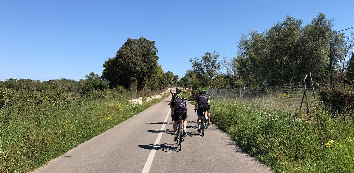 Cyklister på en väg