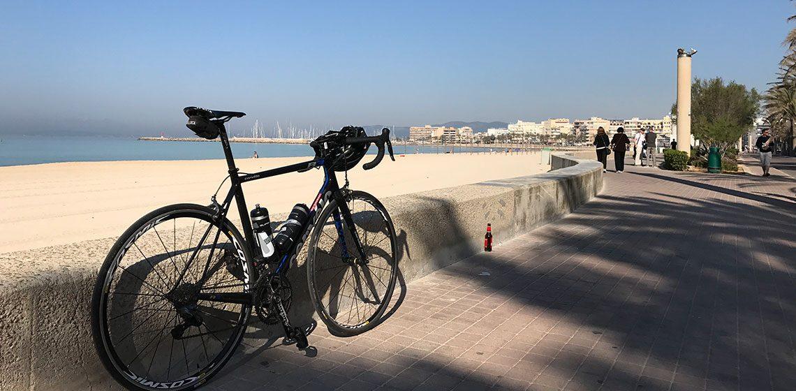 Cykel med hav i bakgrunden