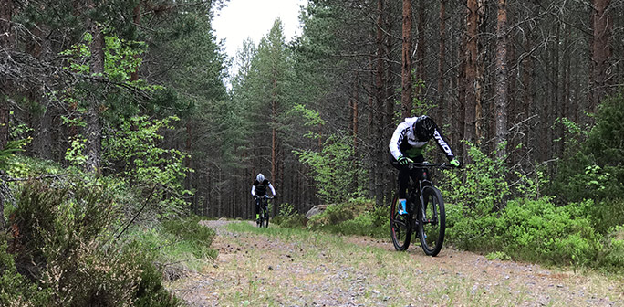 Cyklister kämpar i en backe