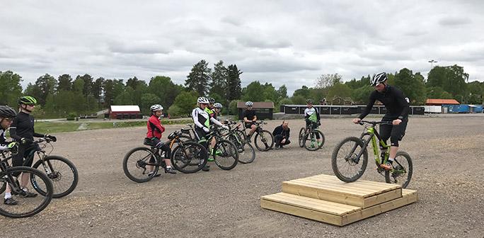 Cyklist tränar teknik