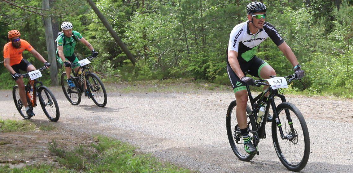 Cyklist cyklar i skogen