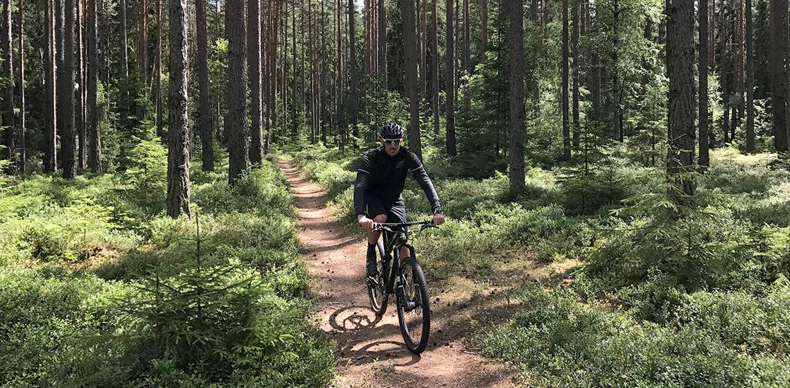 Cyklist på stig i Isaberg