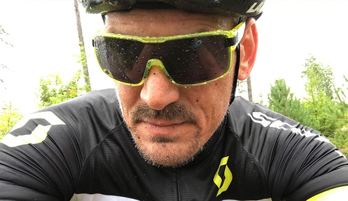 Cyklist med glasögon Adidas